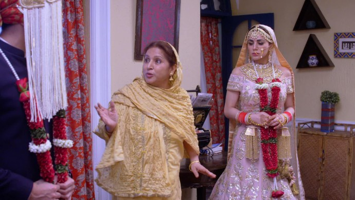 Biji notices Karan behind the sehra and stops Preeta from calling off the wedding.