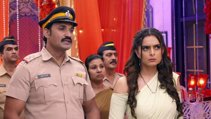 Sherlyn brings the police to arrest Preeta but they end up searching her house.